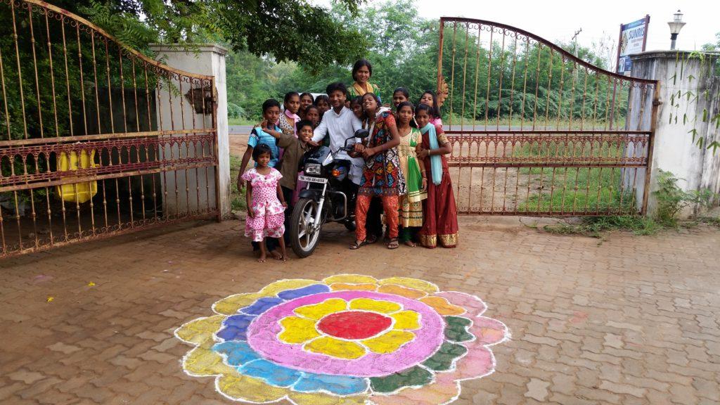 die Kinder am Eingang des Kinderdorfes