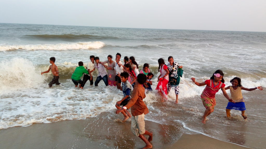 kinder die im meer spass haben